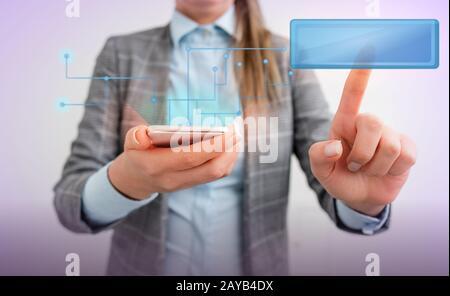 Femme d'affaires avec un doigt touchant la zone de texte tenant la tablette numérique en position debout. Lady avant présentant main bleu brillant copie sp