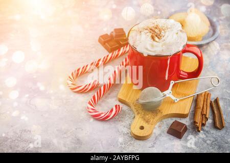 Noël avec chocolat chaud, épices, canne de Noël, sapin et les cookies. Banque D'Images