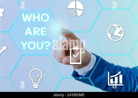 Signe de texte indiquant qui êtes-vous question. Photo conceptuelle demandant de démontrer l'identité ou l'information démonstratingale. Banque D'Images