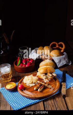 rustique nürnberger, bratwurst avec choucroute et rouleau