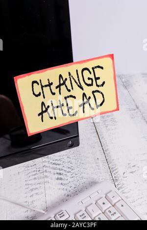 Texte d'écriture de mot changer en avance. Concept d'entreprise pour remplacer ou échanger avec un autre tap de papier de notation différent Banque D'Images