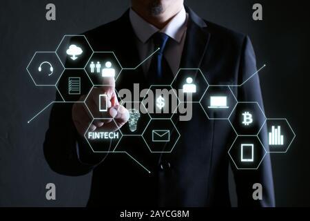 Homme d'affaires appuyant sur l'icône d'argent sur les écrans virtuels Banque D'Images