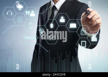 Homme d'affaires dessiner le mot FinTech sur l'écran virtuel numérique . Concept d'affaires high-tech . Banque D'Images