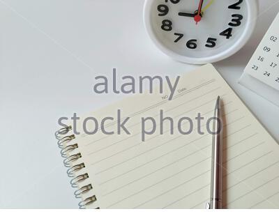 L'ordinateur portable est placé sur un fond blanc Banque D'Images