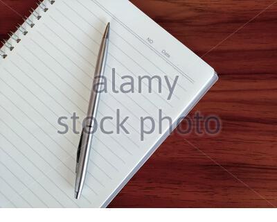 Un ordinateur portable placé sur une table en bois marron Banque D'Images