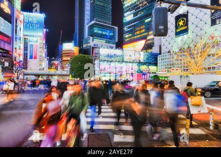 Shibuya, TOKYO, JAPON - 29 décembre 2019: Célèbre croisement Shibuya dans la ville de Tokyo la nuit avec des foules floues et des panneaux d'affichage lumineux. Banque D'Images
