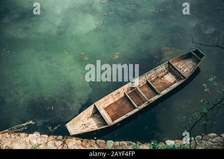 Petit vieux bateau en bois sur la rive Banque D'Images