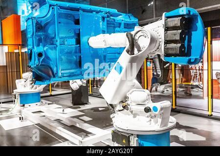 Bras robotisé automatisé industriel travaillant dans l'usine automobile Banque D'Images