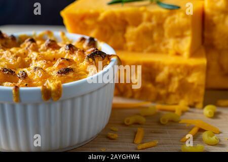 Macaroni cuit au four et fromage dans un plat blanc.
