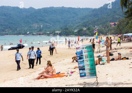 Patong, Phuket, Thaïlande - 11 novembre 2017: Les touristes se détendant sur la plage. Patong est une destination de vacances populaire.