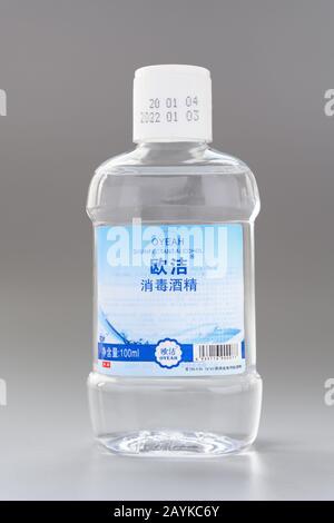 Zhongshan Chine-Février 16 2020:bouteille d'alcool désinfectant sur fond gris. Banque D'Images