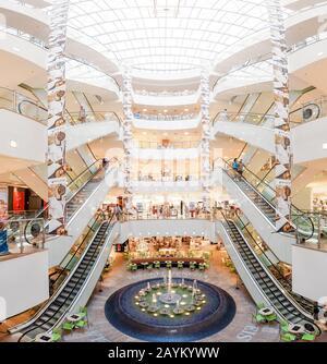 22 MAI 2018, LEIPZIG, ALLEMAGNE : vue intérieure du centre commercial Karstadt à Leipzig Banque D'Images