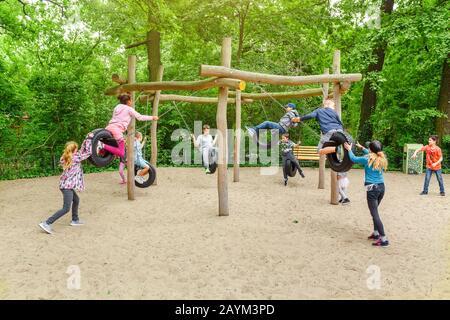 18 MAI 2018, BERLIN, ALLEMAGNE : les enfants jouent et s'amusent sur le terrain de jeux pour enfants Banque D'Images
