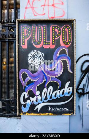 Signe à l'extérieur du restaurant et bar Victorino à Lastarria, centre de Santiago, région métropolitaine, capitale du Chili, publicité grillé Octopus Banque D'Images