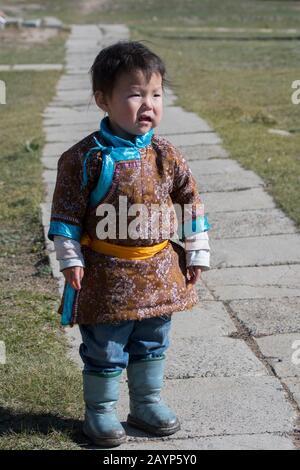 Une petite fille dans des vêtements traditionnels au monastère de Shankh en Mongolie centrale, qui est à environ 25 kilomètres au sud-est de Kharakhorum (Karakorum), Banque D'Images