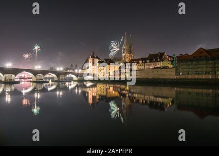 Feux d'artifice de la Saint-Sylvestre à Regensburg avec vue sur la cathédrale et le pont en pierre, Silvester 2019-2020, Allemagne