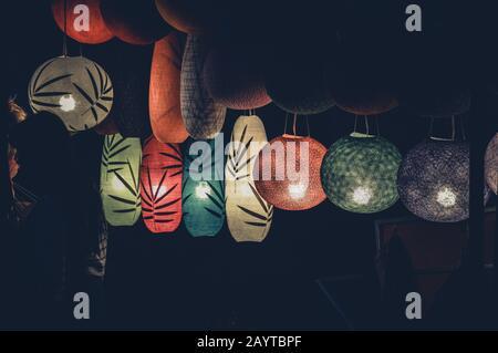 Belles lanternes en soie lao dans le marché nocturne de Luang Prabang au Laos pendant le bon Ok Pansa ou le Festival de la lumière