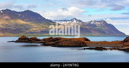 Paysage islandais typique avec montagnes et fjord. Islande. Europe Banque D'Images