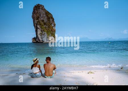 Couple sur la plage, Koh Poda Thaïlande, Le beau paysage de l'île de Koh Poda ou Poda dans la province de Krabi en Thaïlande. Cette île a du sable blanc Banque D'Images