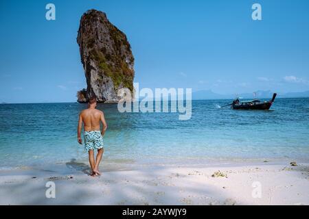 Jeunes hommes sur la plage de Koh Poda Thaïlande, Le beau paysage de Koh Poda ou l'île de Poda dans la province de Krabi en Thaïlande. Cette île est blanche Banque D'Images