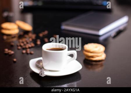 Biscuits au flocons d'avoine à la banane avec tartiner au chocolat et tasse de café au bureau Banque D'Images
