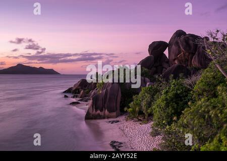 Crépuscule sur les rochers et l'océan à la plage de Source d'argent sur la Digue, Seychelles Banque D'Images