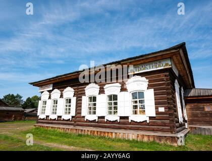 Cabane en bois à l'ancienne avec volets de fenêtre, Musée Taltsy d'architecture en bois, région d'Irkoutsk, Sibérie, Russie Banque D'Images