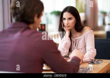 Jeune Couple ayant un argument Dans Cafe