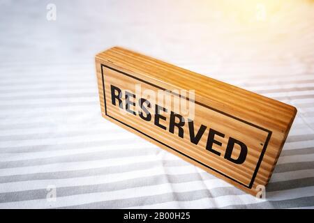table réservée. panneau en bois réservé sur table pour réservation placée. table réservée dans le restaurant. Banque D'Images