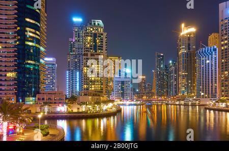 Gratte-ciel modernes de Dubai Marina la nuit et ses réflexions dans l'eau, Emirats Arabes Unis Banque D'Images
