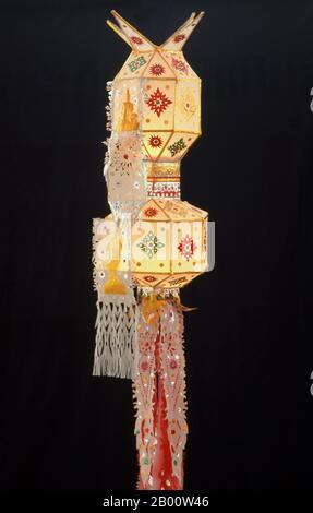 Lanterne Yi Peng en papier mûrier, Yi Peng Festival, Chiang Mai, Thaïlande du Nord. Loy Krithong se tient chaque année sur la nuit pleine lune du 12ème mois dans le calendrier lunaire thaïlandais traditionnel. Dans le nord de la Thaïlande, cela coïncide avec le festival Lanna connu sous le nom de Yi Peng. Banque D'Images