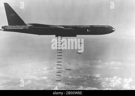 Vietnam: Un USAF B-52D déchaîne une pluie de bombes siomée au Vietnam, vers 1972. Les B-52s de l'USAF qui ont survolé Guam et diverses bases aériennes en Thaïlande ont subi d'énormes dommages en termes d'infrastructure et de vie humaine, en particulier lors des grèves d'Arclight au-dessus du sud du Vietnam et lors de l'offensive de Noël contre Hanoï en 1972. La deuxième guerre d'Indochine, connue en Amérique sous le nom de guerre du Vietnam, a été un conflit militaire de l'époque de la Guerre froide qui s'est produit au Vietnam, au Laos et au Cambodge du 1er novembre 1955 à la chute de Saigon le 30 avril 1975.