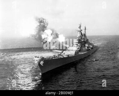 Corée : l'USS Missouri tire un salvo de 16 pouces à Chong Jin, Corée du Nord, Guerre de Corée (1950-1953), 26 décembre 1950. La guerre de Corée (25 juin 1950 - armistice signé le 27 juillet 1953) est un conflit militaire entre la République de Corée, appuyée par les Nations Unies, et la Corée du Nord, appuyée par la République populaire de Chine (RPC), avec l'aide matérielle militaire de l'Union soviétique. La guerre est le résultat de la division physique de la Corée par un accord des alliés victorieux à la fin de la Seconde Guerre mondiale