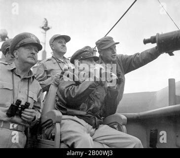 Corée : le général Douglas MacArthur, commandant en chef des forces de l'ONU observe les bombardements d'Inchon, le 15 septembre 1950. La guerre de Corée (25 juin 1950 - armistice signé le 27 juillet 1953) est un conflit militaire entre la République de Corée, appuyée par les Nations Unies, et la Corée du Nord, appuyée par la République populaire de Chine (RPC), avec l'aide matérielle militaire de l'Union soviétique. La guerre est le résultat de la division physique de la Corée par un accord des alliés victorieux à la fin de la Seconde Guerre mondiale
