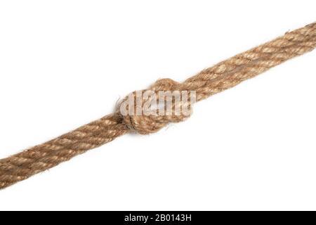 Corde de jute marron avec nœud isolé sur fond blanc Banque D'Images