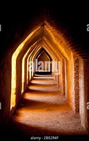 Le monastère de Maha Aung Mye Bonzan a été construit en 1822 par Nanmadaw Me Nu, la première reine du roi Bagyidaw (1784 - 1846). Inwa est la capitale de la Birmanie depuis près de 360 ans, à cinq occasions distinctes, de 1365 à 1842. Ainsi identifié comme le siège du pouvoir en Birmanie que Inwa (le Royaume d'Ava, ou la Cour d'Ava) était le nom par lequel la Birmanie était connue des Européens jusqu'au XIXe siècle. Banque D'Images