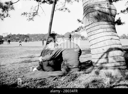 """L'occupation alliée du Japon à la fin de la seconde Guerre mondiale a été dirigée par le général Douglas MacArthur, commandant suprême des Puissances alliées, avec le soutien du Commonwealth britannique. Contrairement à l'occupation de l'Allemagne, l'Union soviétique n'a guère été autorisée à influencer le Japon. Cette présence étrangère a marqué le seul moment de l'histoire du Japon qu'elle avait été occupée par une puissance étrangère. Il a transformé le pays en une démocratie parlementaire qui a rappelé les priorités américaines du """"New Deal"""" de la politique des années 1930 par Roosevelt. La profession, codénommée opération Blacklist, a été terminée par le S"""