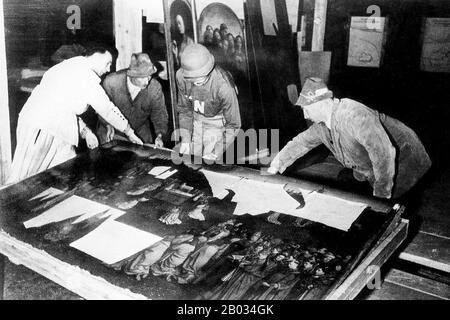 Le terme « pillage nazi » désigne le vol d'art et d'autres objets volés à la suite du pillage organisé des pays européens au moment du troisième Reich par des agents agissant au nom du parti nazi au pouvoir en Allemagne. Le pillage a eu lieu de 1933 jusqu'à la fin de la seconde Guerre mondiale, bien que la plupart des pleurs aient été acquis pendant la guerre. En plus de l'or, de l'argent et de la monnaie, des objets culturels d'une grande importance ont été volés, y compris des peintures, des céramiques, des livres et des trésors religieux. Bien que la plupart de ces articles aient été récupérés par les agents du programme Monuments, Beaux-Arts et Archives (MFAA), affe Banque D'Images
