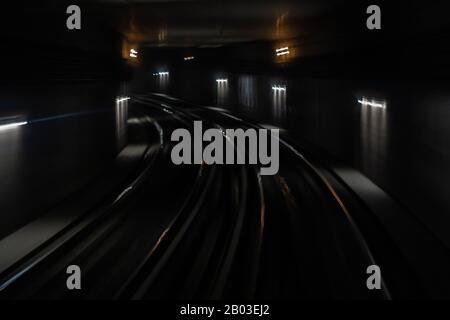 Tunnel de métro dans l'obscurité de la vie souterraine Banque D'Images