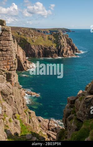 En regardant vers le sud le long de la spectaculaire côte de Cornish depuis le Land's End. Banque D'Images