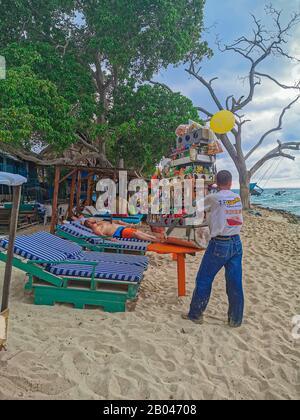Baru, CARTAGENA, COLOMBIE - 09 NOVEMBRE 2019: Vue sur la plage paradisiaque avec les touristes de Playa Blanca sur l'île Baru par Carthagène en Colombie. Banque D'Images