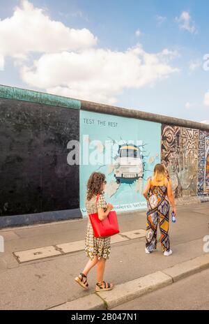 visiteurs à la galerie du côté est, trabi briser à travers le mur Banque D'Images