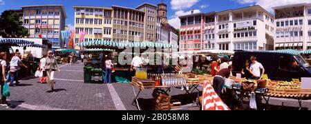 Groupe de personnes dans un marché de rue, Stuttgart, Bade-Wurtemberg, Allemagne Banque D'Images