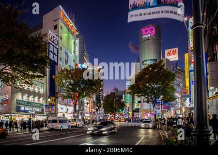 Regardez la rue Dogenzaka vers le célèbre bâtiment Shibuya 109, vue nocturne, Shibuya City, Tokyo, Japon Banque D'Images