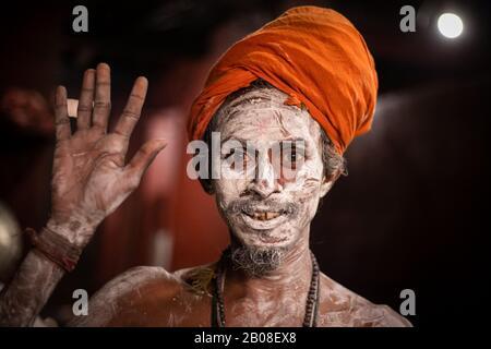 Un Saint homme hindou, ou Naga sadhu, pose pour des photos après applique des cendres sur son corps dans les locaux du temple de Pashupatinath avant le festival Shivaratri à Katmandou, Népal le 19 février 2020. (Photo De Prabin Ranabhat/Pacific Press) Banque D'Images