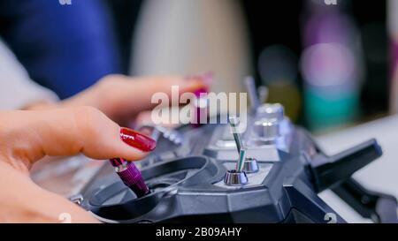 Femme à l'aide du joystick ou gamepad Banque D'Images