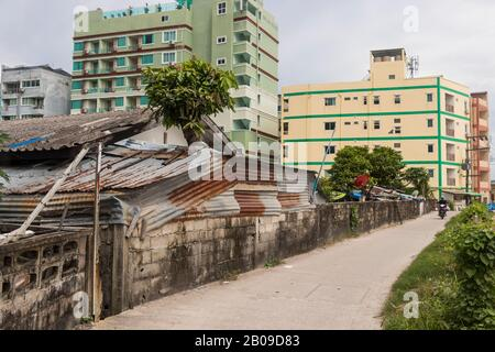 Sale et vieille rue à Patong, Phuket, Thaïlande.