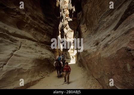 JORDANIE, CANYON « SIK », ENTRÉE À PETRA, ANCIENNE VILLE DE ROUTES COMMERCIALES Banque D'Images