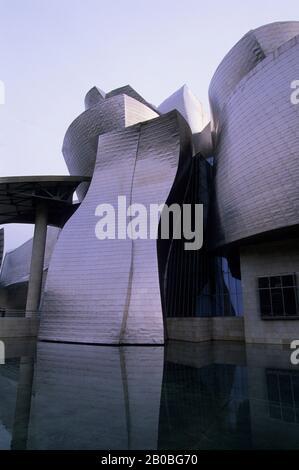 ESPAGNE, BILBAO, MUSÉE GUGGENHEIM (CONÇU PAR FRANK GEHRY), ÉTANG Banque D'Images