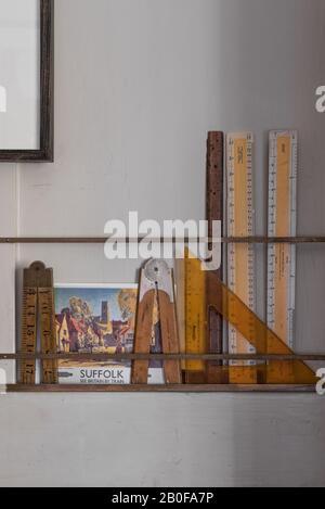 Les rails en laiton contiennent de petites cartes, du matériel de référence et de l'équipement de dessin, conçus par Stephen Pardy.